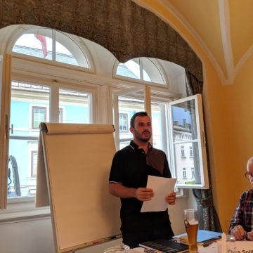 One of the evaluator's explaining his role at Toastmasters Villach's first meeting.